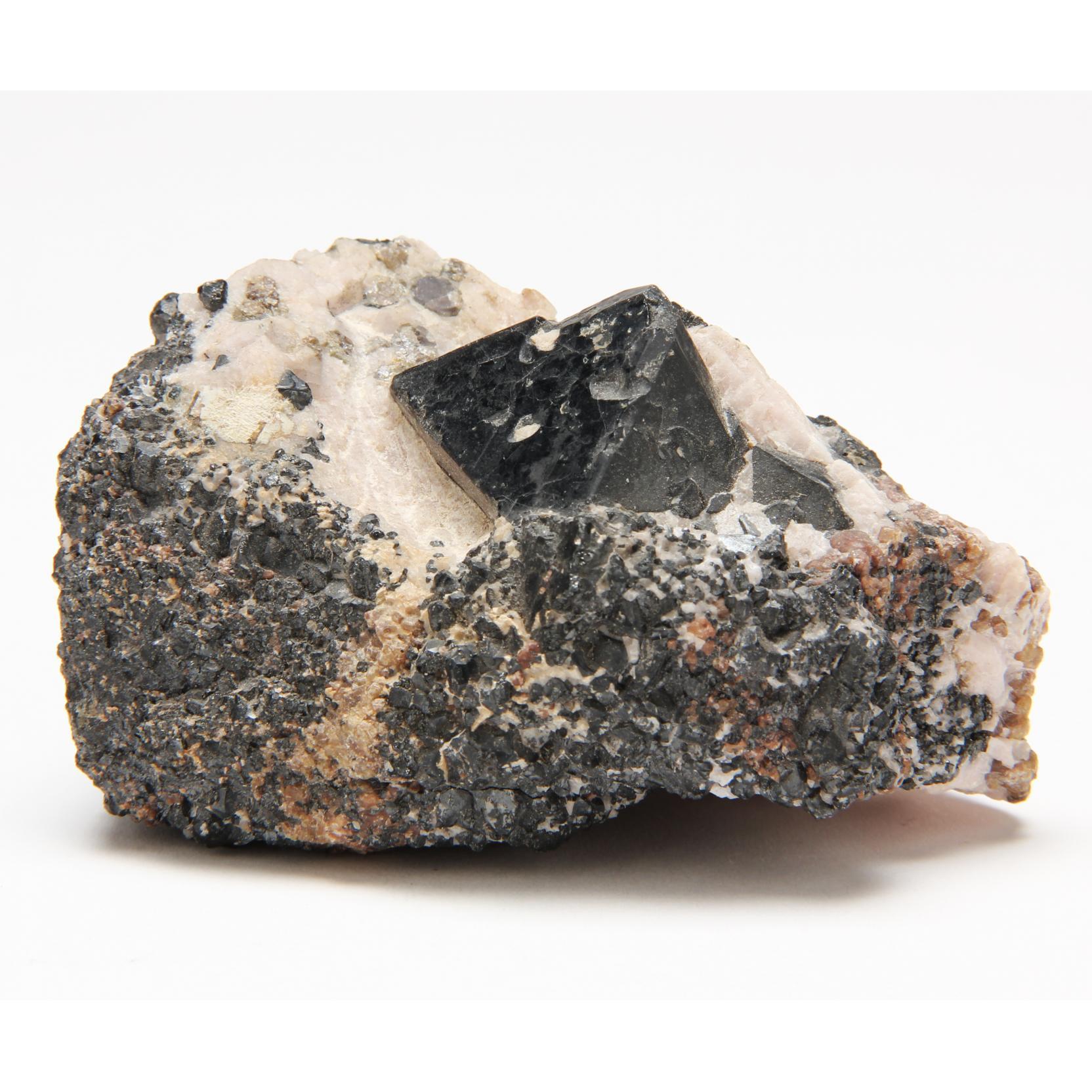 franklinite-crystal-on-matrix