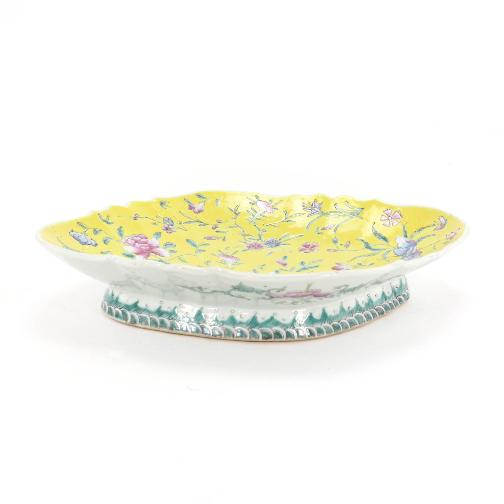 a-chinese-porcelain-enameled-platter