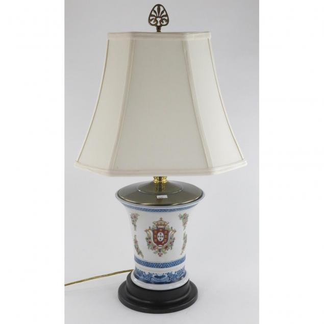 armorial-style-porcelain-table-lamp