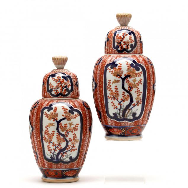 a-pair-of-chinese-imari-jars-with-covers