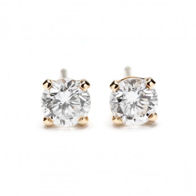 a-pair-of-14kt-gold-diamond-studs