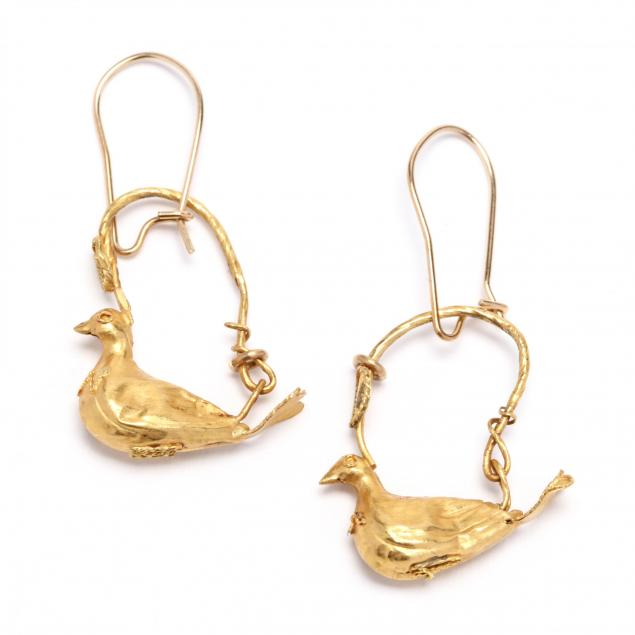 hellenistic-gold-earrings-fashioned-as-a-pair-of-seated-doves